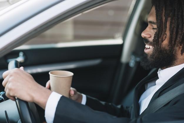 Hombre feliz conduciendo vista lateral