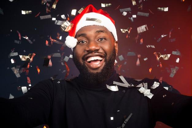 Hombre feliz cubierto de confeti