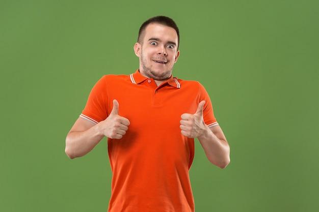 Hombre feliz dando pulgares