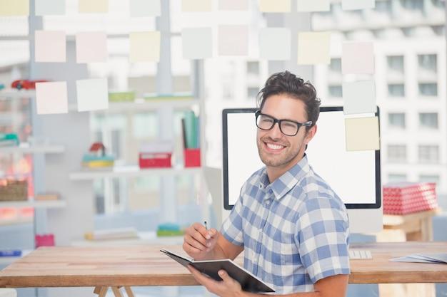 Hombre feliz escribiendo en diario