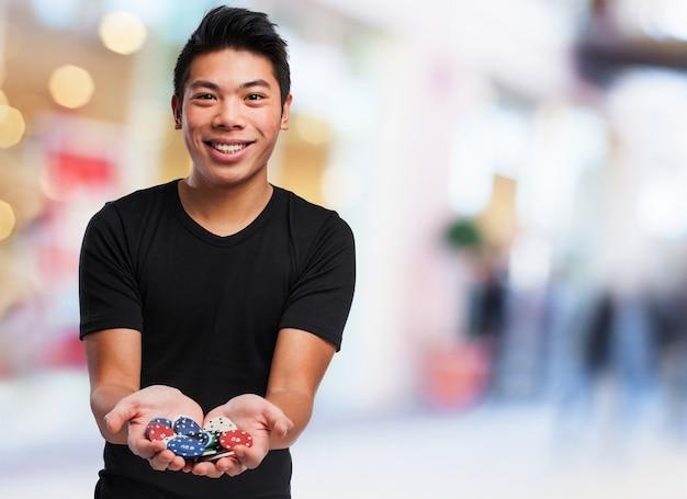 Hombre feliz con fichas de casino