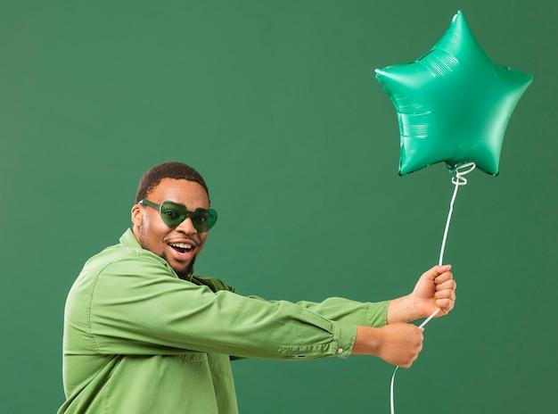 Hombre feliz en la fiesta con gafas de sol