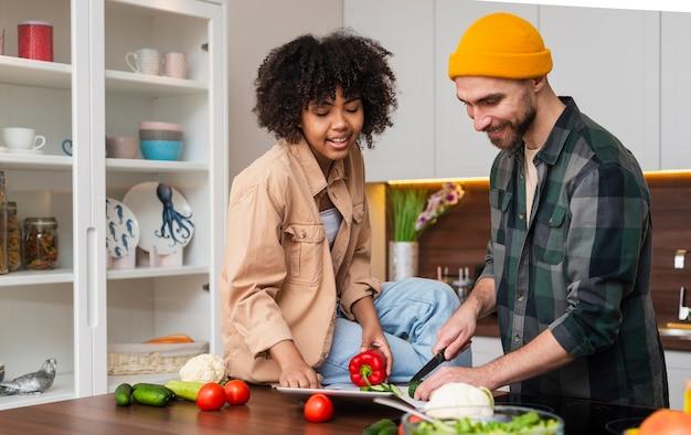 Hombre feliz hipster cortar verduras