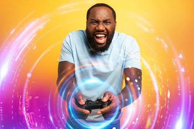 Hombre feliz juega con un videojuego