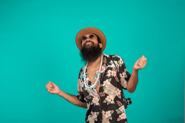 La de un hombre feliz con una larga barba que llevaba un sombrero, una camisa a rayas que mostraba un gesto en azul.