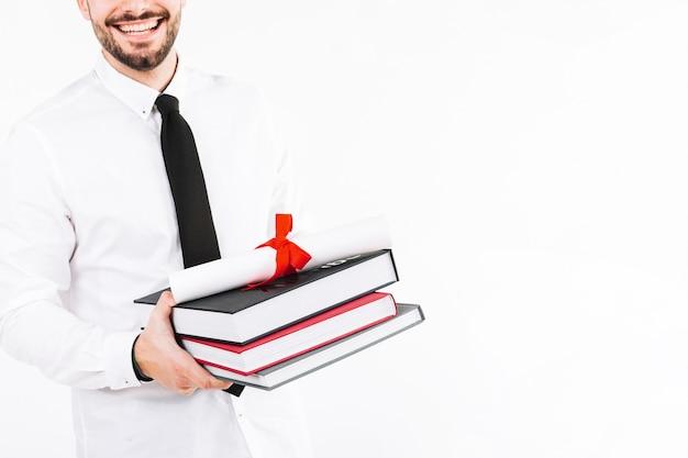Hombre feliz con libros y diploma