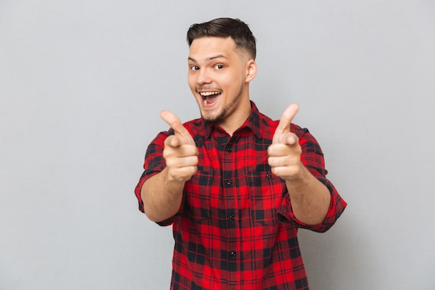 Hombre feliz mostrando los pulgares para arriba a la cámara
