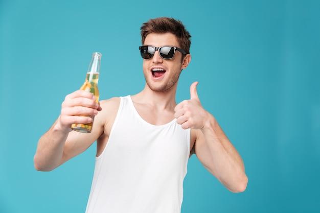 Hombre feliz mostrando los pulgares para arriba