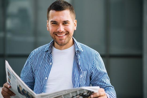 Hombre feliz con periódico