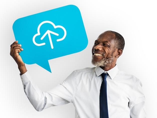 Hombre feliz que sostiene el símbolo de computación en la nube