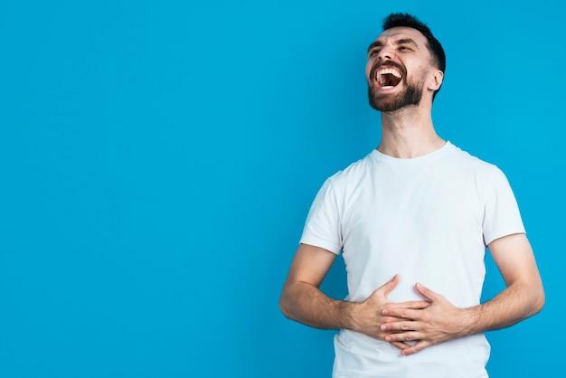 Hombre feliz riendo fuerte