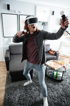 Hombre feliz sentado en casa en casa jugar juegos