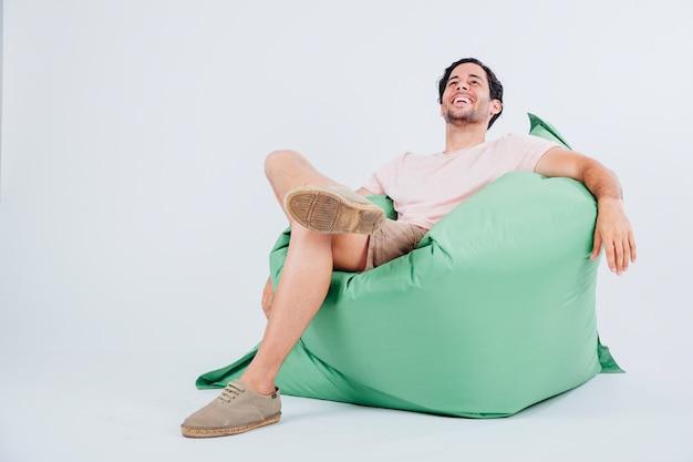 Hombre feliz en sofá