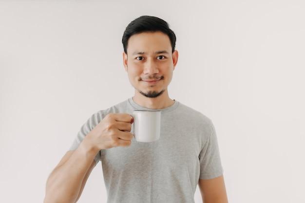 Hombre feliz sostenga una taza de café aislado sobre fondo blanco.