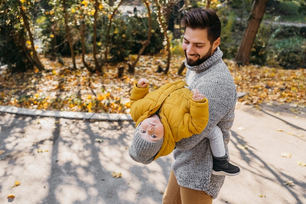 Hombre feliz con su hijo al aire libre