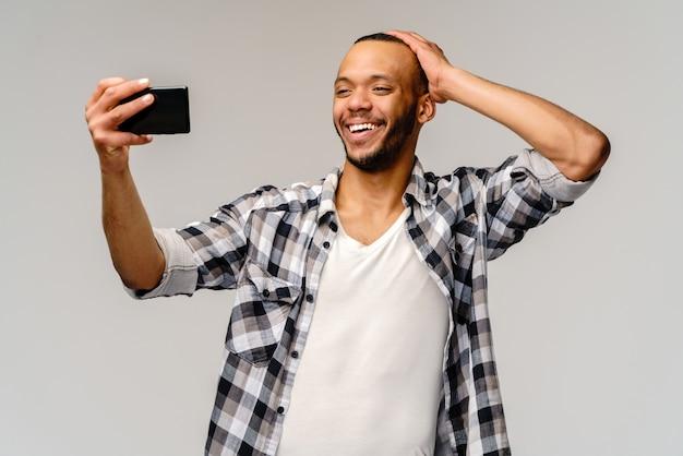 Hombre feliz con teléfono móvil para videollamadas.