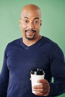 Hombre feliz tomando café