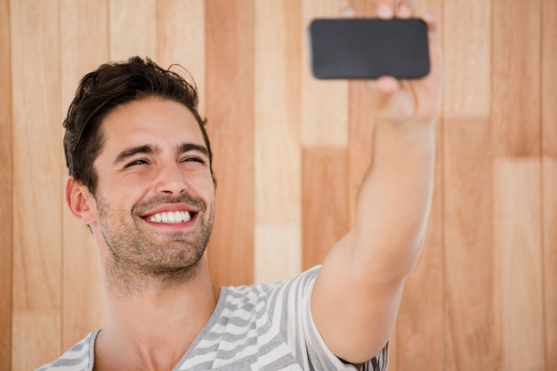 Hombre feliz tomando una selfie