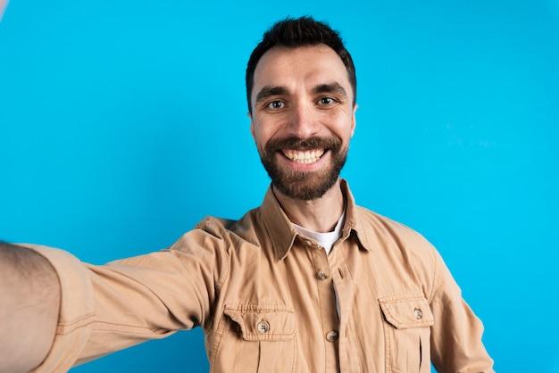 Hombre feliz tomando selfie