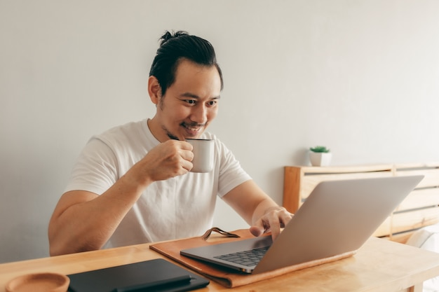 Hombre feliz trabajando en su departamento