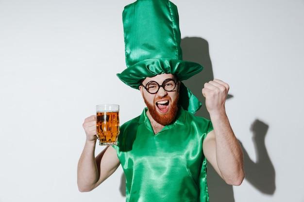 Hombre feliz en traje de patriotas con cerveza