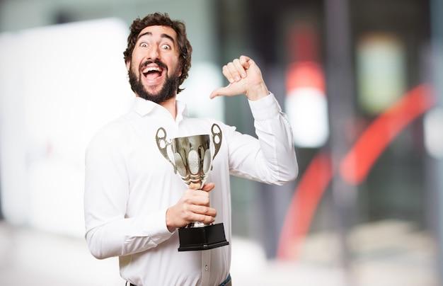 Hombre feliz con un trofeo