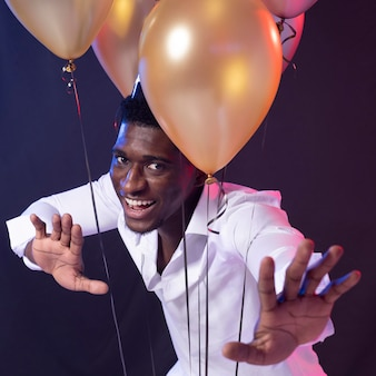 Hombre en la fiesta con globos