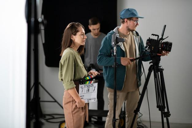 Hombre filmando con una cámara profesional