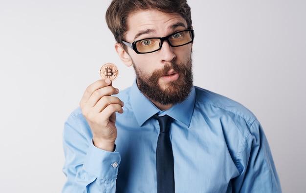 Hombre financiero sosteniendo tecnología de criptomonedas dinero electrónico tecnología de internet