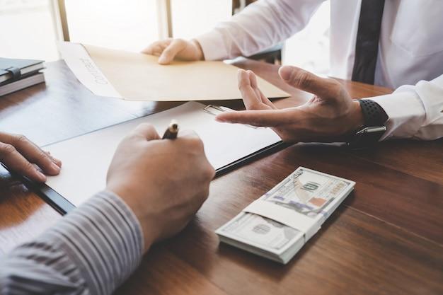 El hombre firma una póliza de seguro de hogar sobre préstamos hipotecarios, agente de seguros que analiza la inversión