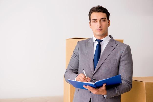 Hombre firmando para la entrega de cajas