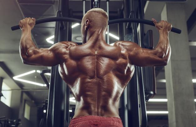 Hombre fitness haciendo ejercicios de dominadas