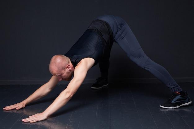 Hombre fitness haciendo ejercicios de estiramiento
