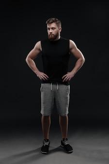 Hombre de fitness joven de cuerpo entero