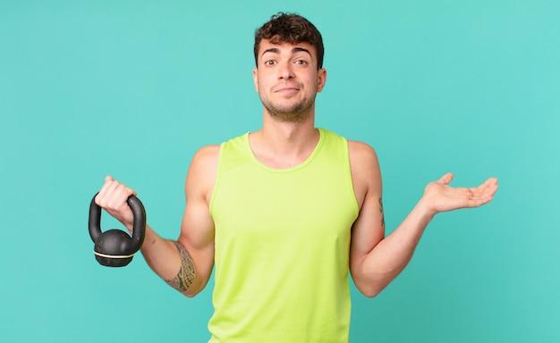 Hombre de fitness que se siente desconcertado y confundido, dudando, ponderando o eligiendo diferentes opciones con expresión divertida
