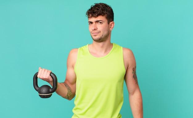 Hombre de fitness que se siente triste, molesto o enojado y mira hacia un lado con una actitud negativa, frunciendo el ceño en desacuerdo