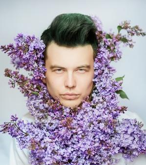 Hombre con flores moradas