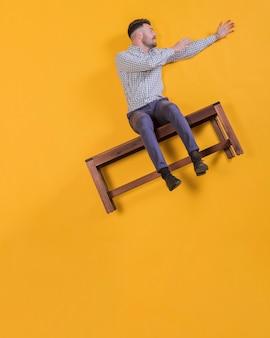 Hombre flotando en un banco