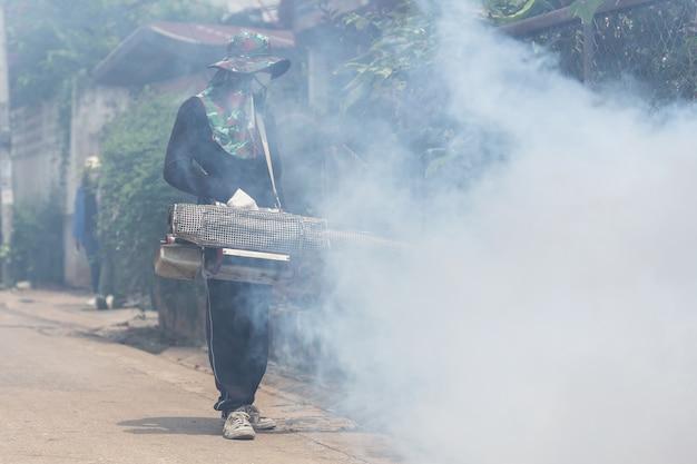 Un hombre fogging químico para eliminar el mosquito