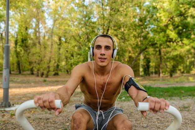 Hombre en forma haciendo ejercicio en el parque, llevando una vida saludable.