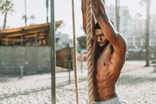 Hombre en forma trabajando con cuerdas