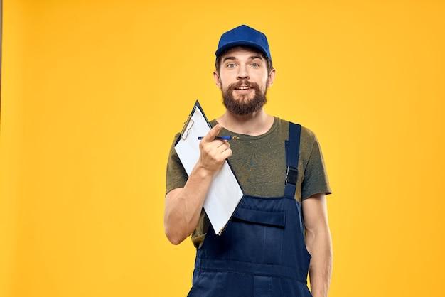 Hombre en forma de trabajo documentos transporte entrega servicio fondo amarillo. foto de alta calidad