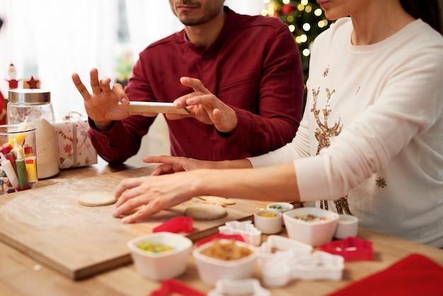 Hombre fotografiando galletas de navidad en la cocina