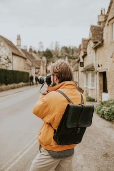 Hombre fotógrafo tomando fotos en el pueblo