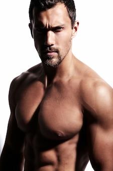 Hombre fuerte sin camisa en blanco