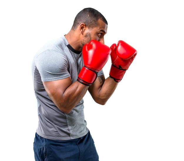 Hombre fuerte deporte con guantes de boxeo en posición de defensa
