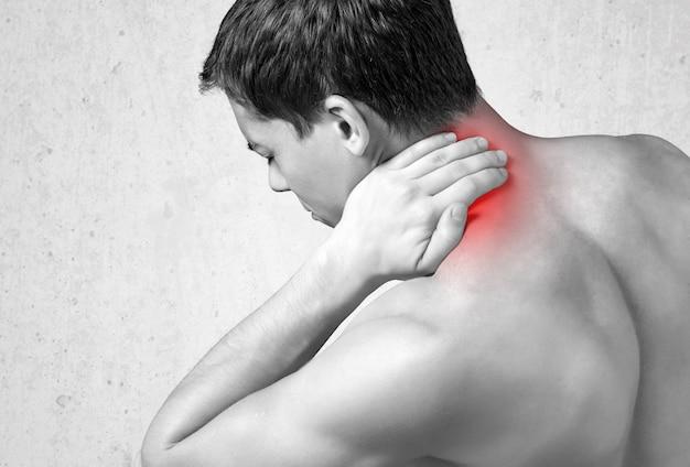 Hombre fuerte con dolor de cuello, vista posterior