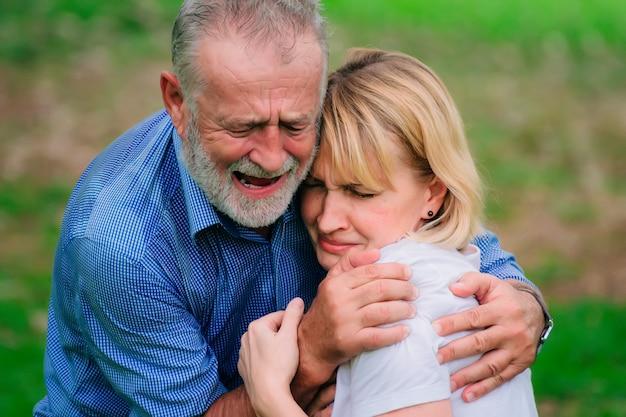 Hombre con fuerte dolor en el pecho con su esposa cuídate