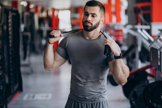Hombre fuerte entrenando en gimnasio