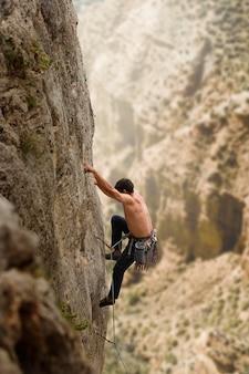 Hombre fuerte escalada en una montaña